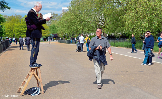 Redner mit einem Buch in Speaker's Corner (Hyde Park, London).